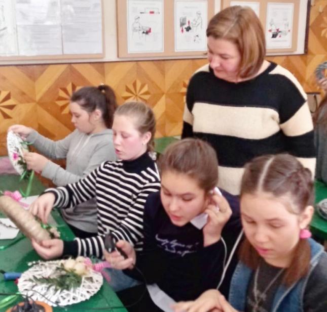 Дацюк Н.М. і учні у процесі виготовлення віночків