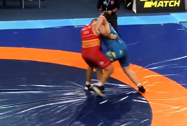 Микола Кучмій (у червоному трико) перемагає у фінальному поєдинку