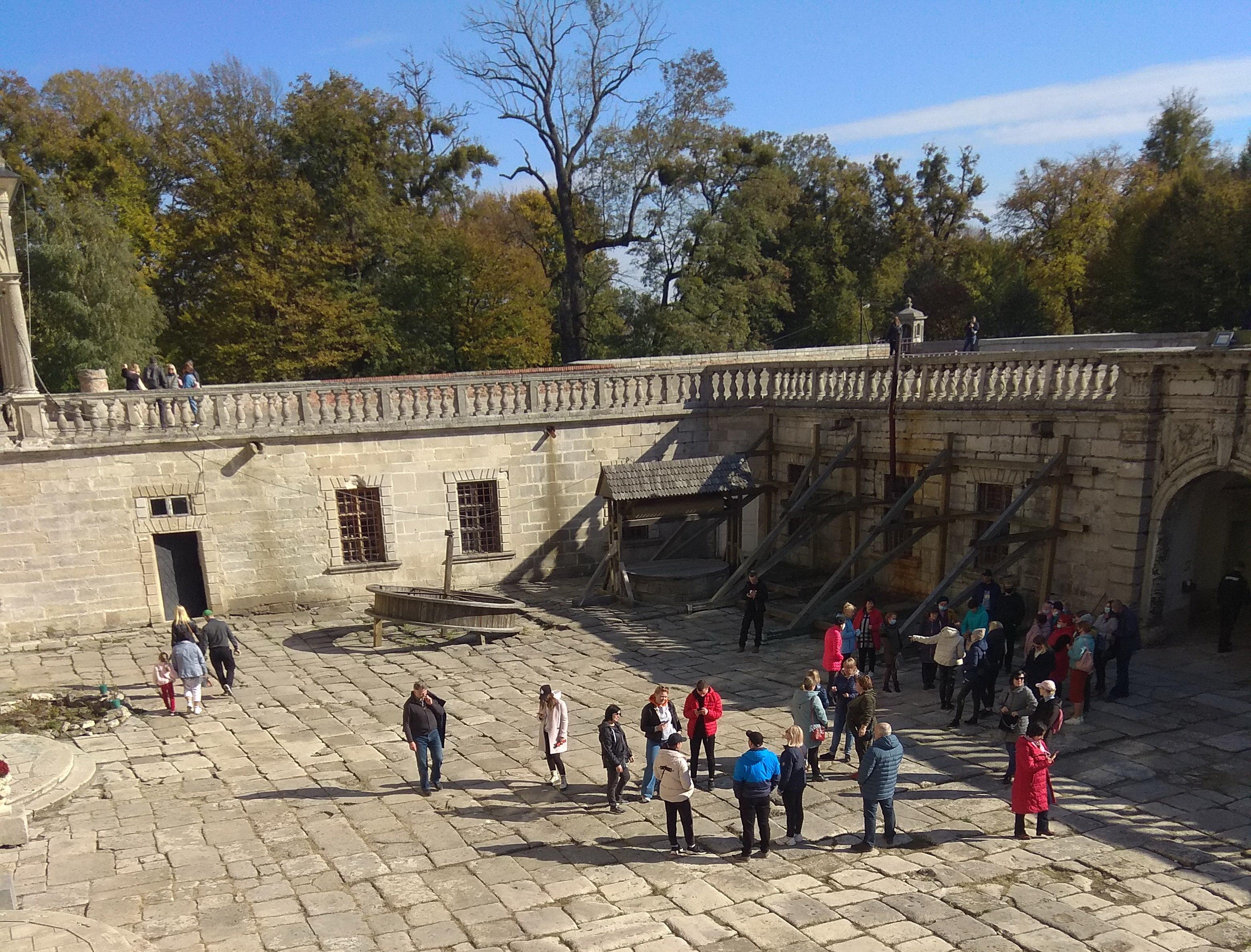 У внутрішньому дворику палацу Браницьких с. Підгірці Львівської області
