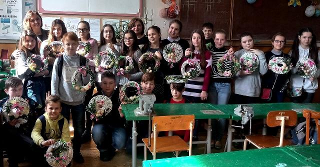 Учні 6 класу Тернопільської ЗОШ 5 і викладачі кафедри Дацюк Н.М. і Тобілевич Г.М з виготовленими великодніми віночками